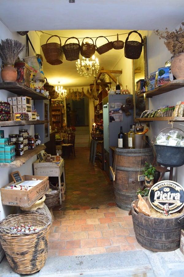 10_Einkaufen-in-den-Gassen-von-Bonifacio-Korsika-Frankreich