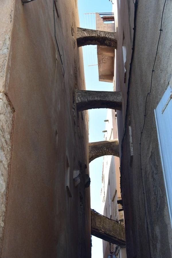 12_Zisternen-ueber-den-Gassen-von-Bonifacio-Korsika-Frankreich