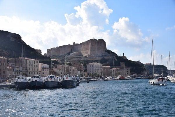 24_Blick-vom-Hafen-auf-die-Festung-Bonifacio-Korsika-Frankreich