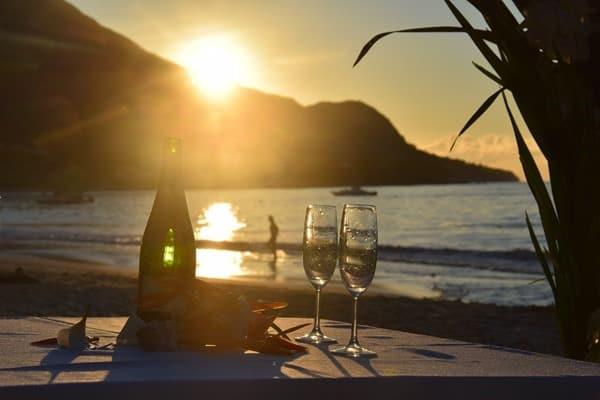 23_Champagner-Sonnenuntergang-Hochzeit-Strand-Beau-Vallon-Mahe-Seychellen