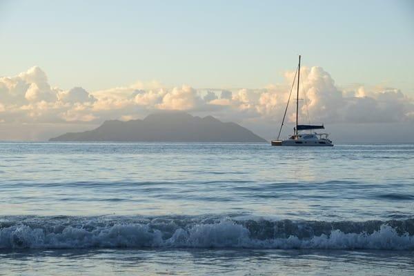 25_Katamaran-Abendstimmung-Strand-Beau-Vallon-Mahe-Seychellen