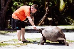 00_Reiseblogger-Daniel-Dorfer-mit-Riesenschildkroete-auf-Curieuse-Seychellen
