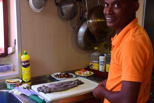 14_Koch-auf-Katamaran-bereitet-Ocotopus-Curry-zu-Islandhopping-Seychellen