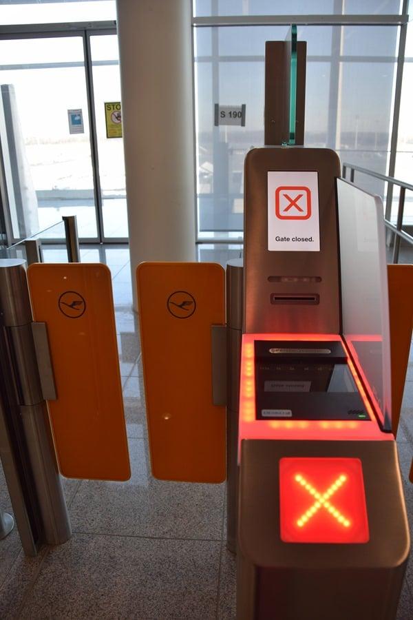 18_Probebetrieb-Satellit-Terminal-2-Flughafen-Muenchen-Boarding-Scanner