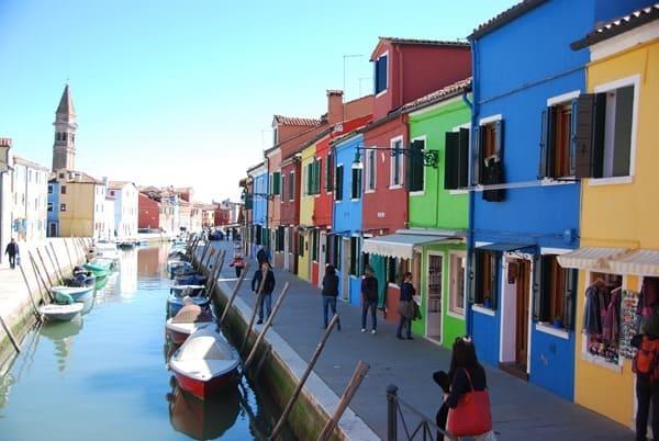 05_Flitterwochen-knallbunte-Haeuser-von-Burano-Venedig-Italien