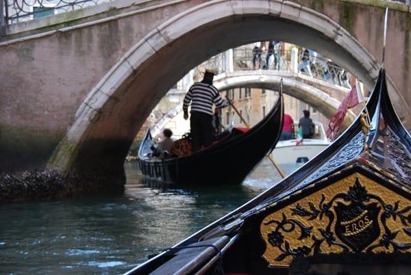 06_romantische-Fahrt-mit-der-Gondel-Flitterwochen-Venedig-Italien