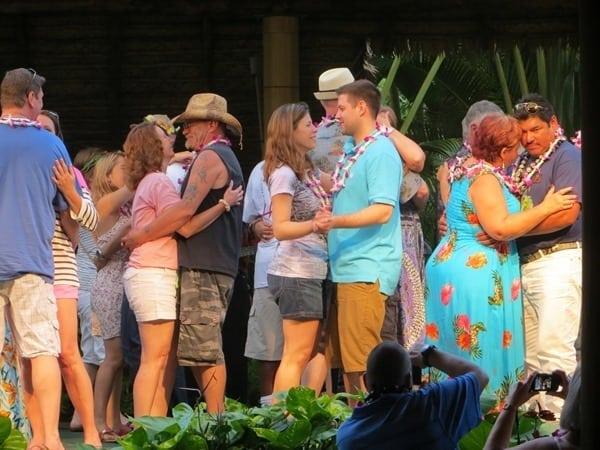 Hochzeitsreise wohin Hawaii Flitterwochen exklusiv Polynesian Cultural Center Luau Honeymooner