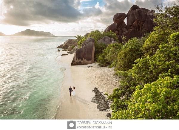 Hochzeitsreise wohin Seychellen Flitterwochen exklusiv Hochzeit Hochzeitspaar Strand