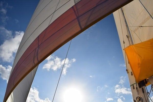 38_Segel-blauer-Himmel-Katamaran-Seychellen