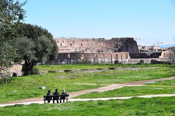 08_Garten-Palatin-Blick-auf-Kolosseum-Rom-Italien