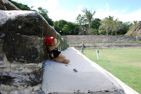 08_Maskottchen-Jack-mit-Blick-auf-Maya-Pyramide