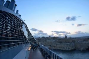 000_MSC-Preziosa-Schornstein-auslaufen-Valletta-Malta