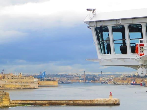 10_Hafeneinfahrt-einlaufen-Valletta-Malta-Kreuzfahrtschiff-Bruecke-MSC-Preziosa