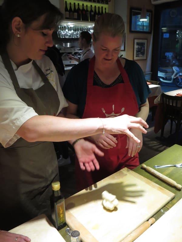 06_Pizzateig-testen-Pizzakurs-Ristorante-That's-Amore-Rom-Italien-Fabiolous-Cooking-Day