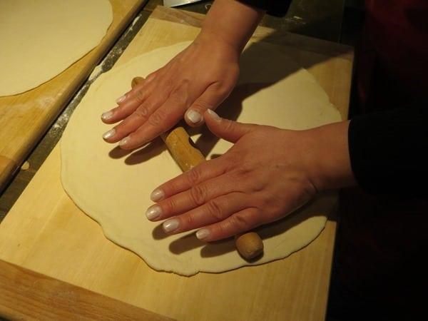 09_Pizzateig-ausrollen-Pizzaiolo-Kurs-Ristorante-That's-Amore-Rom-Italien