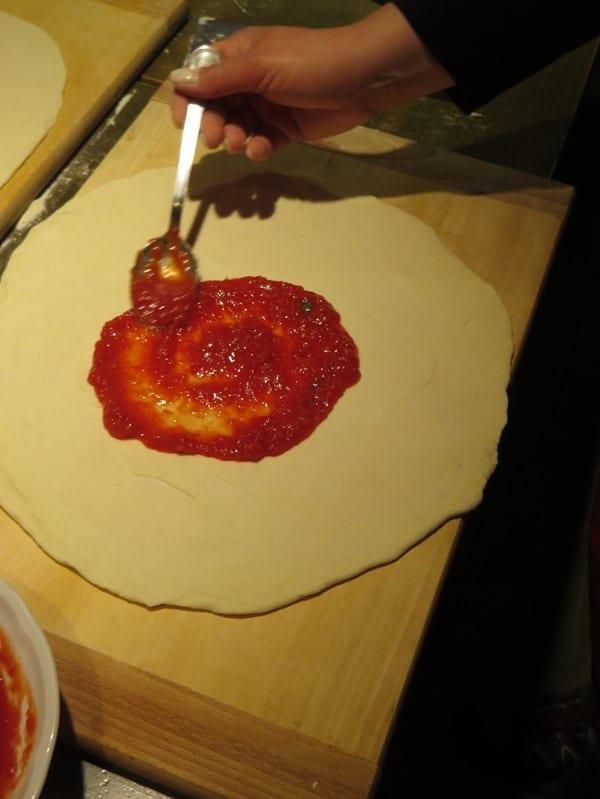 10_Tomate-auf-Pizzateig-Pizza-backen-Kurs-Ristorante-That's-Amore-Rom-Italien