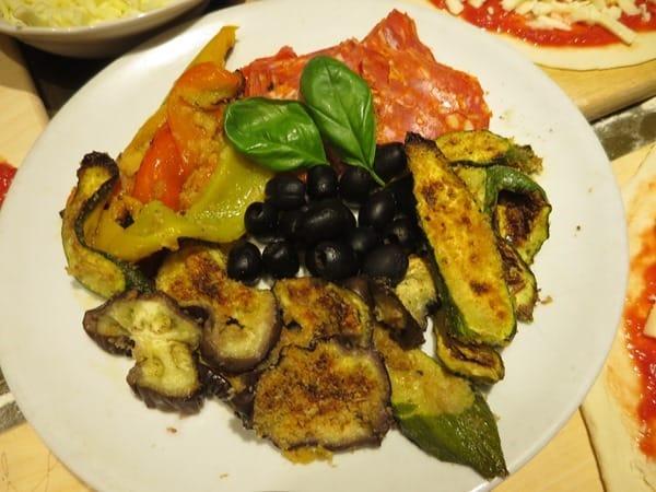 12_Belag-fuer-Pizza-gegrilltes-Gemuese-Oliven-Salami-Ristorante-That's-Amore-Rom-Italien