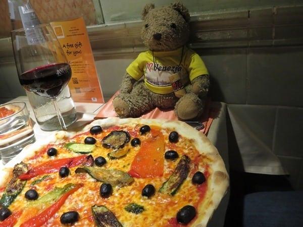 19_fertige-Pizza-mit-Oliven-und-Tejo-beim-Pizzakurs-Ristorante-That's-Amore-Rom-Italien