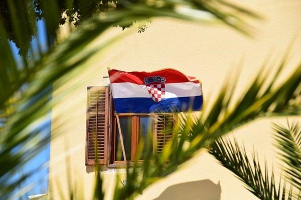 19_kroatische-Flagge-Fazana-Istrien-Kroatien