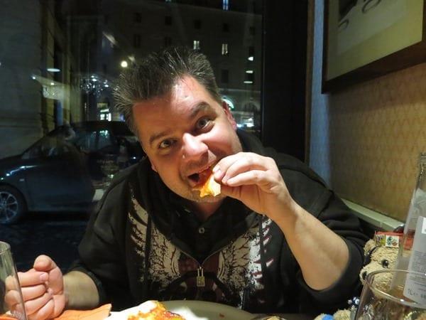 21_Reiseblogger-Daniel-Dorfer-beim-Pizza-essen-in-Rom-Italien