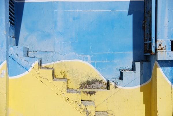 Saint-Martin-Karibik-Treppen-blau-gelb