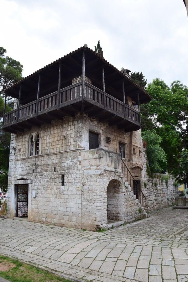 04_Haus-mit-Brunnen-Altstadt-Porec-Istrien-Koratien