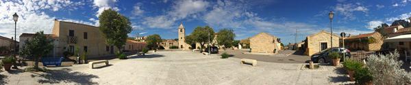 09_Panorama-Marktplatz-San-Pantaleo-Sardinien-Italien