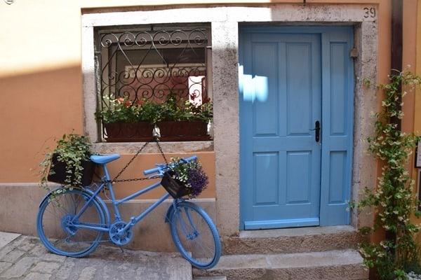 10_Blaues-Rad-Einkaufsstrasse-Grisia-Rovinj-Istrien-Kroatien