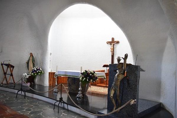 19_Altar-Kirche-Stella-Maris-Porto-Cervo-Costa-Smeralda-Sardinien-Italien