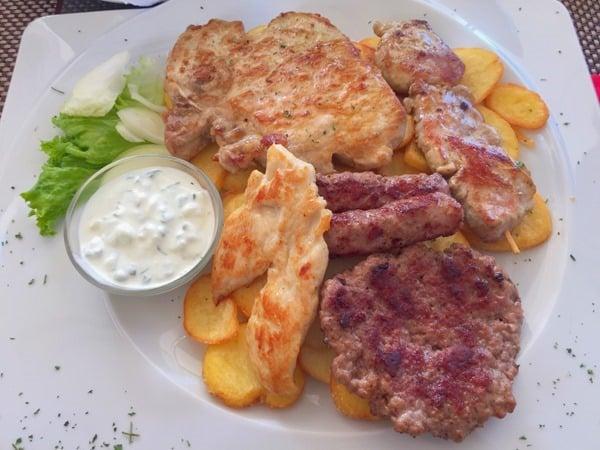 23_Abendessen-Grillteller-Restaurant-Amfora-Rovinj-Istrien-Kroatien