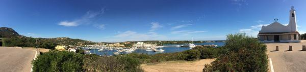 23_Panorama-Yachthafen-Vorplatz-Kirche-Stella-Maris-Porto-Cervo-Costa-Smeralda-Sardinien-Italien