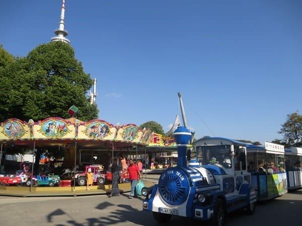 06_Karussell-Bimmelbahn-Sommer-im-Park-Olympiapark-Muenchen-Bayern