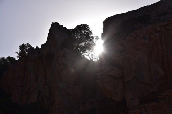 09_Steilkueste-auf-dem-Weg-zum-Traumstrand-Li-Cossi-Costa-Paradiso-Sardinien-Italien