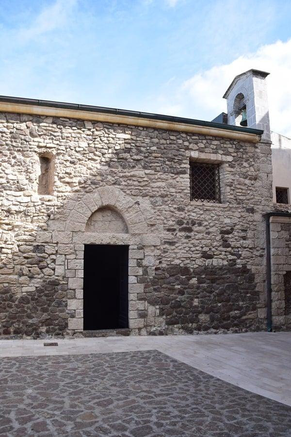10_Seiteneingang-Kirche-Santa-Maria-delle-Grazie-Castelsardo-Italien