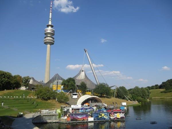 11_Olympiastadion-Olympiaturm-Olympiasee-Sommer-im-Park-Olympiapark-Muenchen-Bayern