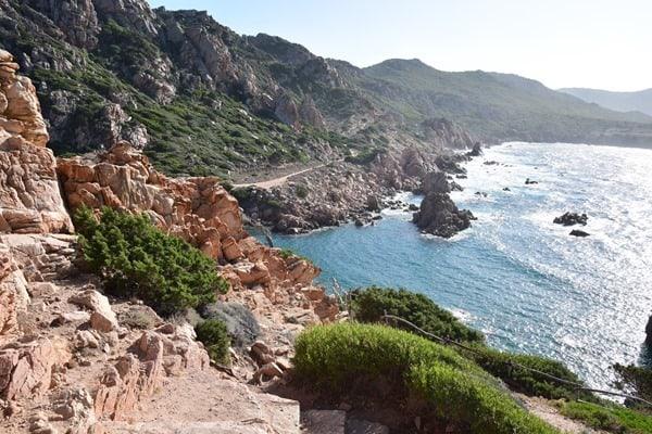 12_Steilkueste-am-Strand-Li-Cossi-Costa-Paradiso-Sardinien-Italien