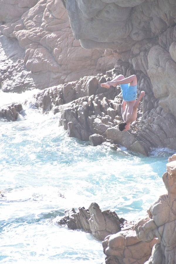 18_Klippenspringer-Salto-am-Strand-Li-Cossi-Costa-Paradiso-Sardinien-Italien