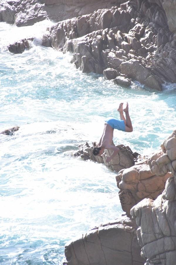 19_Klippenspringen-am-Traumstrand-Li-Cossi-Costa-Paradiso-Sardinien-Italien
