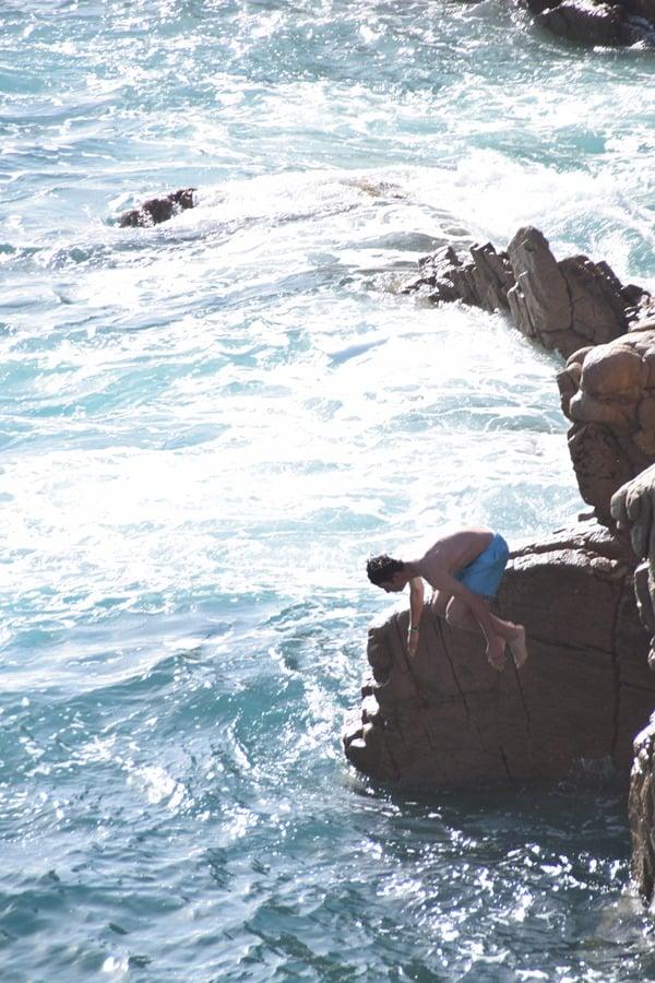 20_Mutiger-Klippenspringer-am-Traumstrand-Li-Cossi-Costa-Paradiso-Sardinien-Italien