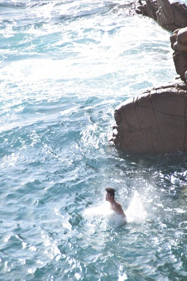 21_Eintauchen-Klippenspringen-am-Traumstrand-Li-Cossi-Costa-Paradiso-Sardinien-Italien