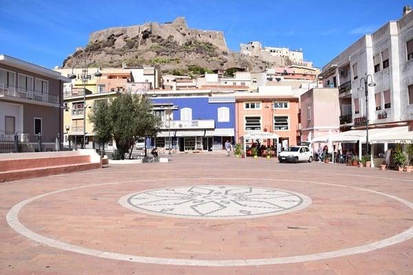25_Dorfplatz-Castelsardo-Sardinien-Italien