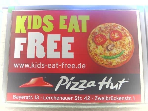 25_Kinder-essen-kostenloss-Pizza-Hut-Muenchen-Olympiapark