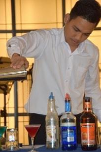 Kreuzfahrt-Barkeeper-Cocktail-mixen-Kreuzfahrtschiff
