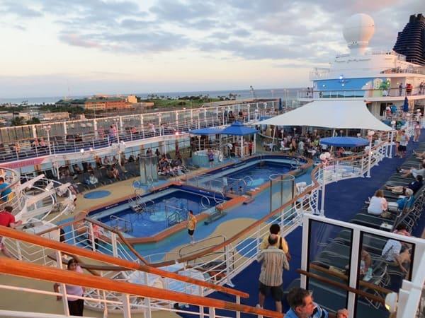 Kreuzfahrt-Pooldeck-Pool-Swimmingpool-Kreuzfahrtschiff-NCL-Pride-of-America