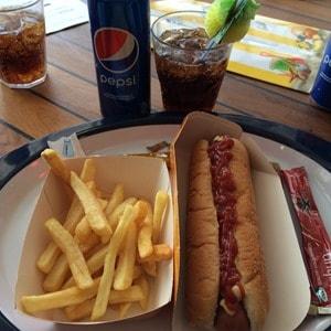 Kreuzfahrt-Snack-Hot-Dog-Pommes-Kreuzfahrtschiff