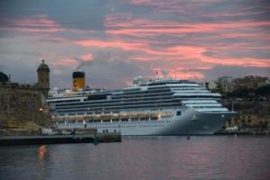 Wie-sieht-ein-typischer-Tag-auf-Kreuzfahrt-aus-Kreuzfahrtschiff-Costa-Favolosa-Sonnenuntergang-Malta