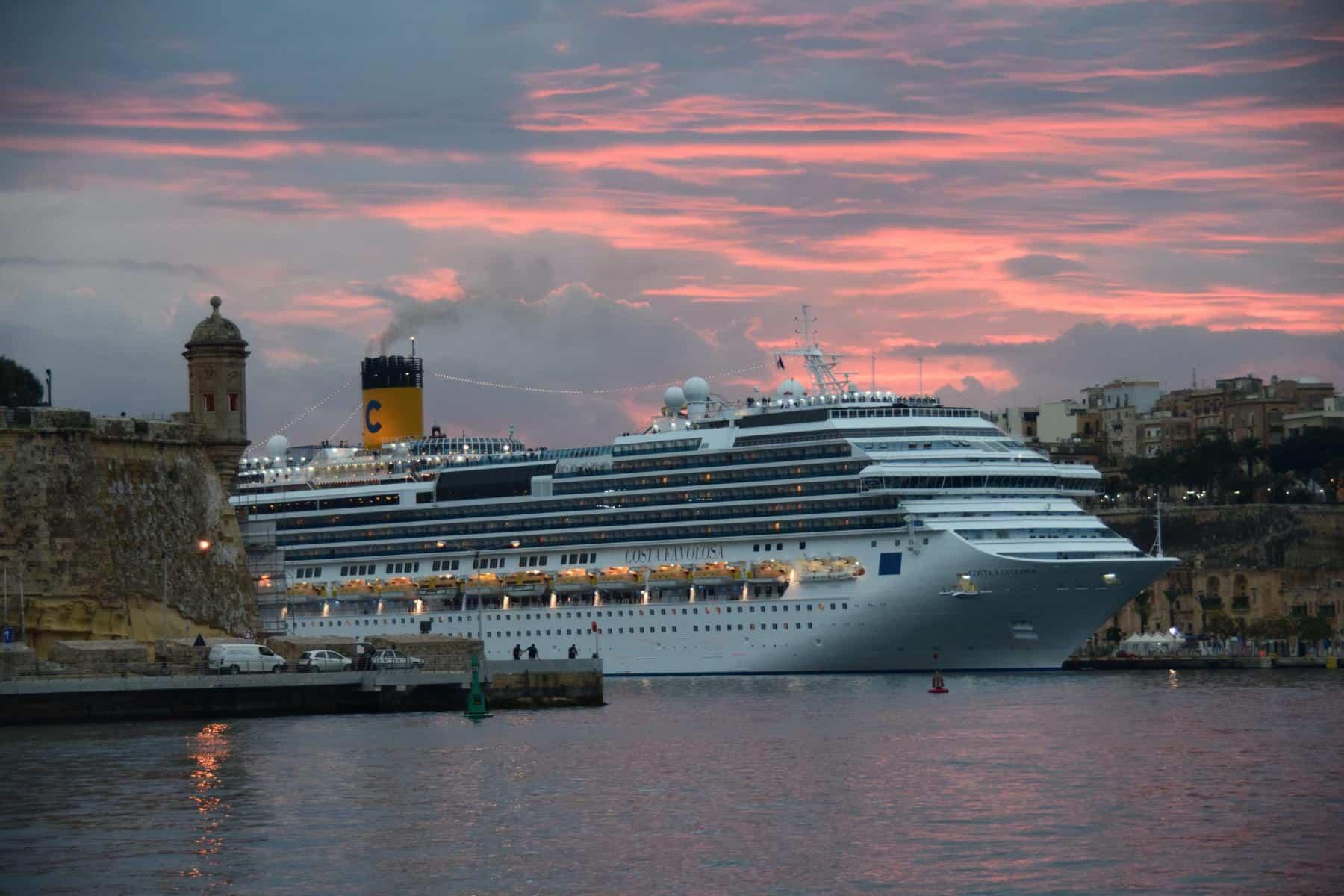 Wie sieht ein typischer Tag auf Kreuzfahrt aus Kreuzfahrtschiff Costa Favolosa Sonnenuntergang Malta