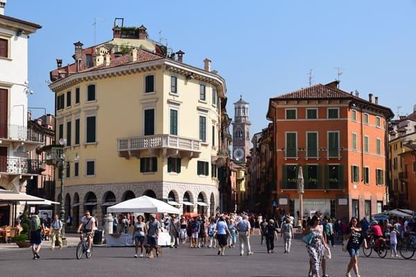 02_Piazza-Bra-Shoppingmeile-Via-Giuseppe-Mazzini-Verona-Italien