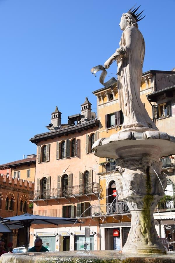 05_Piazza-delle-Erbe-Brunnen-Statue-Madonna-Verona-Italien