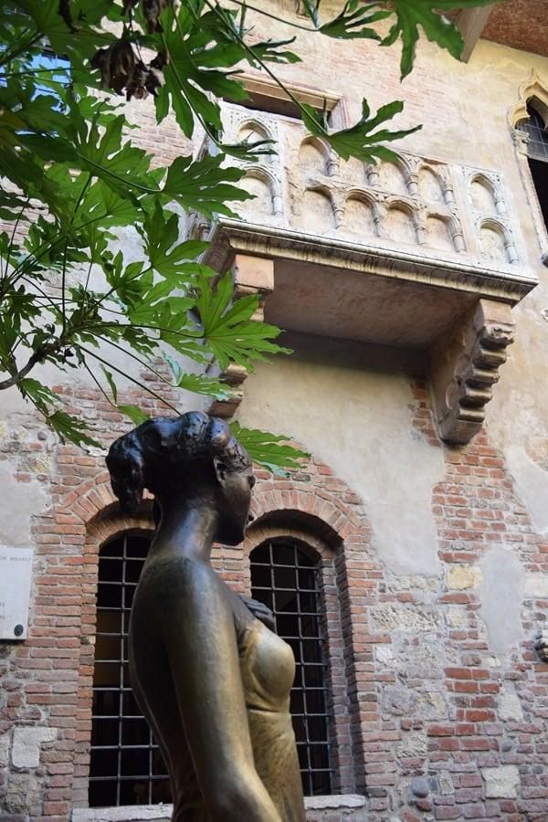 07_Statue-und-Balkon-der-Julia-Casa-di-Giulietta-Verona-Italien